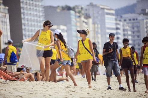 Ação de coleta de embalagens plásticas em Copacabana (RJ)