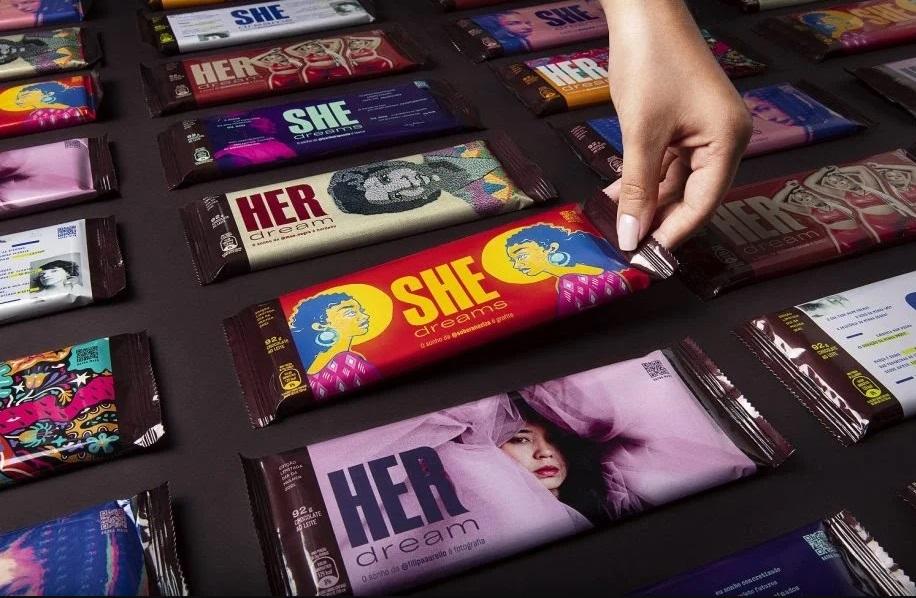 """Hershey's traz de volta campanha """"HerShe"""" e dá visibilidade a artistas mulheres nas embalagens"""