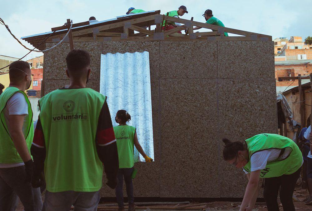 Caixas de suco recicladas se são transformadas em telhas